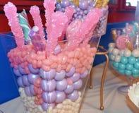 被分类的可口和五颜六色的糖果款待 库存图片