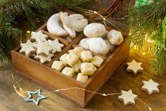 被分类的圣诞节曲奇饼:桂香星,香草月牙, stollen和姜立方体在一个木箱 土气样式 免版税库存照片