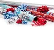 被分类的圣诞节纸张丝带包裹 免版税库存图片
