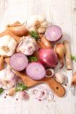 被分类的大蒜和葱 库存图片