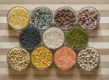 被分类的扁豆和豆类在玻璃碗,在一块砧板 免版税库存图片