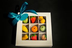 被分类的果子塑造了由在白色礼物盒的糖小杏仁饼做的糖果 图库摄影