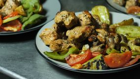 被分类的白色和红肉用卤汁泡用在一个大容器的香料有烤菜的 影视素材