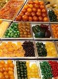 被分类的糖果在市场上。 库存照片