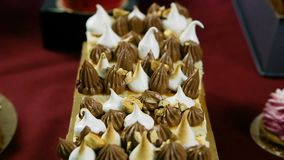 被分类的红色奶油色冰川奶油甜点和巧克力点心 股票视频