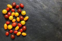 被分类的红色,黑暗,黄色和橙色小西红柿 免版税库存图片