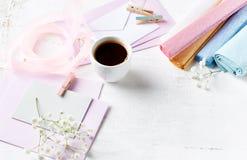 被分类的纸工艺和艺术设备在白色绘了木头 免版税库存照片
