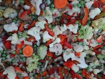 被分类的结冰的菜 菜背景绿皮胡瓜新鲜的蕃茄 冻结蔬菜 免版税图库摄影