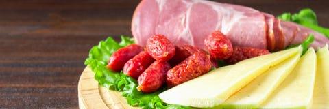 被分类的肉制品包括火腿和香肠 乳酪 钞票 免版税库存照片