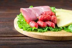 被分类的肉制品包括火腿和香肠 乳酪 图库摄影