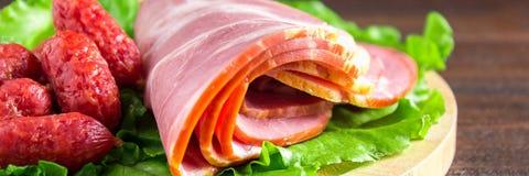 被分类的肉制品包括火腿和香肠 钞票 免版税库存图片
