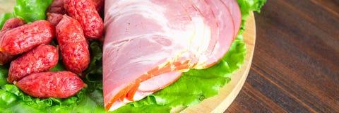被分类的肉制品包括火腿和香肠 钞票 免版税图库摄影