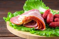被分类的肉制品包括火腿和香肠 免版税库存照片
