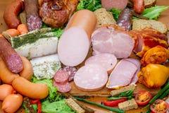被分类的肉制品包括火腿和香肠 图库摄影