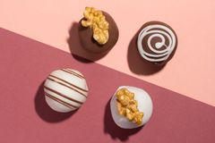 被分类的自创块菌状巧克力 糖果球平的设计  库存照片