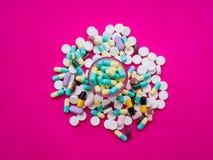 被分类的配药医学药片、片剂和胶囊  免版税图库摄影