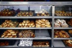 被分类的面包和酥皮点心在显示在bakeshop 库存图片