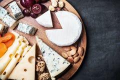 被分类的乳酪用果子和葡萄 免版税库存图片