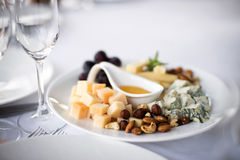 被分类的乳酪用葡萄和坚果在盛肉盘 免版税库存照片