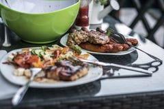 被分类的可口烤肉用在背景白色板材的沙拉在家庭bbq党的桌上 图库摄影