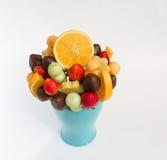 被分类的各种各样的自然开胃果子与在陶瓷蓝色花瓶的黑暗的巧克力混合了 免版税库存图片