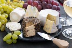被分类的喝酒的软干酪和快餐 免版税库存图片