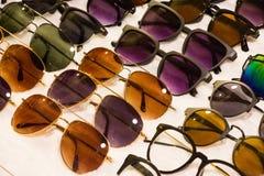被分类的太阳镜待售在与好的discoun的一个地方市场上 免版税库存图片