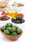 被分类的开胃小菜-橄榄、腌汁、橄榄油和ciabatta 免版税图库摄影