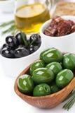 被分类的开胃小菜-橄榄,腌汁,橄榄油,新鲜的迷迭香 图库摄影