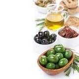 被分类的开胃小菜-橄榄,腌汁,水罐橄榄油 免版税图库摄影
