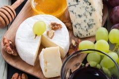 被分类的开胃菜-乳酪、葡萄、薄脆饼干和酒 免版税库存照片