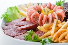 被分类的快餐:乳酪,蒜味咸腊肠,虾,法国fr 免版税图库摄影