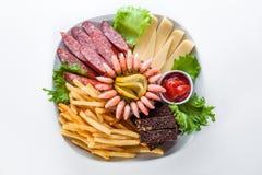 被分类的快餐:乳酪,蒜味咸腊肠,虾,炸薯条 库存图片