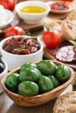 被分类的意大利开胃小菜-橄榄、腌汁和面包,特写镜头 免版税库存图片