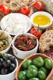 被分类的意大利开胃小菜-橄榄、腌汁和面包,顶视图 免版税库存图片