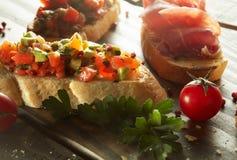 被分类的意大利开胃菜bruschetta板材  图库摄影
