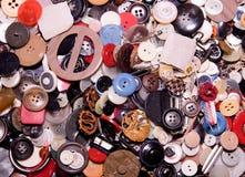 被分类的按钮 不同在颜色,主要塑料,木的一些 堆按钮关闭背景 免版税库存照片