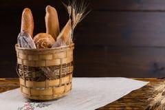 被分类的新鲜面包土气篮子  免版税图库摄影