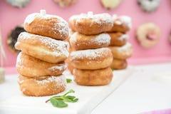 被分类的油炸圈饼的图片在一个箱子的用结霜的巧克力,变粉红色给上釉并且洒油炸圈饼 库存图片