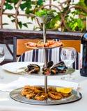 被分类的海鲜,大虾,淡菜,枪乌贼,开胃菜盘子  免版税库存照片