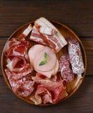 被分类的熟食店肉-火腿,香肠,蒜味咸腊肠,帕尔马,熏火腿 免版税库存照片