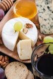 被分类的熟食开胃菜-乳酪,葡萄,薄脆饼干 免版税库存图片