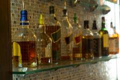 被分类的瓶在酒吧的酒 库存照片