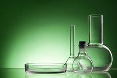 被分类的空的实验室玻璃器皿,测试管 绿色口气医疗背景 复制空间 图库摄影