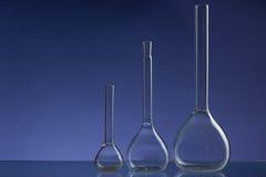 被分类的空的实验室玻璃器皿,测试管 绿色口气医疗背景 复制空间 库存图片