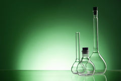 被分类的空的实验室玻璃器皿,测试管 绿色口气医疗背景 复制空间 库存照片