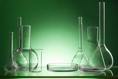 被分类的空的实验室玻璃器皿,测试管 绿色口气医疗背景 复制空间 免版税库存图片