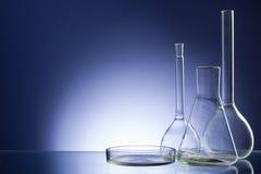 被分类的空的实验室玻璃器皿,测试管 蓝色口气医疗背景 复制空间 图库摄影