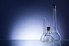 被分类的空的实验室玻璃器皿,测试管 蓝色口气医疗背景 复制空间 免版税图库摄影