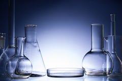 被分类的空的实验室玻璃器皿,测试管 蓝色口气医疗背景 复制空间 库存图片